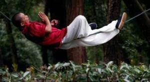 master-kung-fu-nauchilsya-spat-na-odnoj-verevke_46408_3